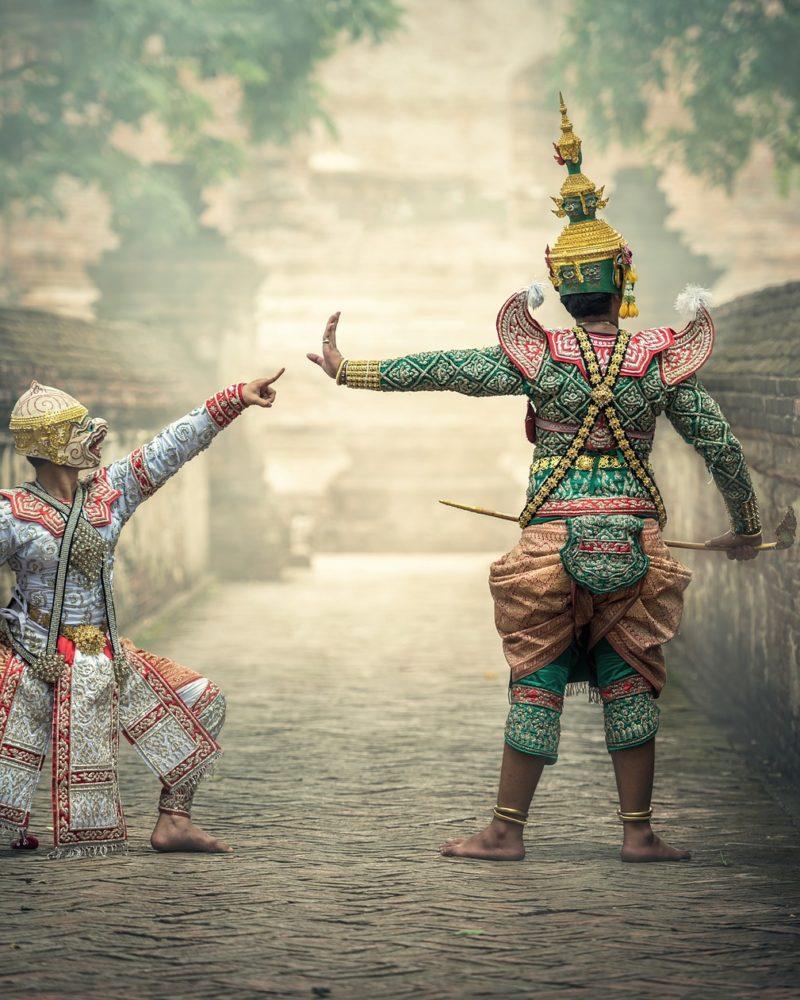 aktorzy w tradycyjnych khmerskich strojach
